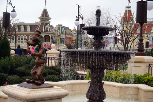 The area features new fountains, and the small statues that were near the Partner's Status are distributed around the area.
