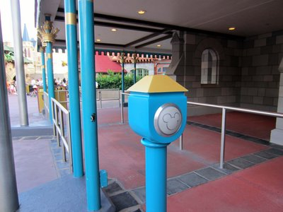 The FastPass Plus reader at Mickey's PhilharMagic was painted blue to match the decor of the attraction.
