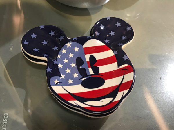 Serve your guests in style with these Mickey Mouse plates!