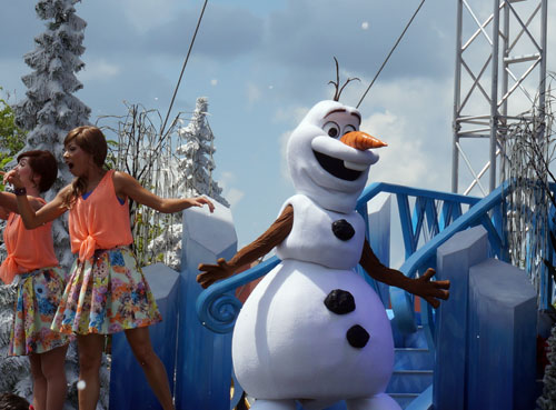 Olaf came to live in a parade and on stage.