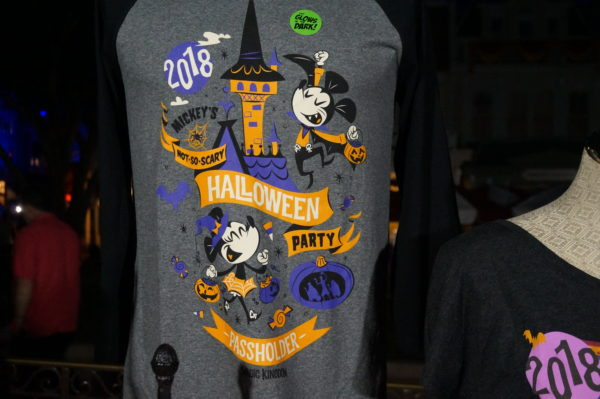 This t-shirt, designed specifically for Annual Passholders, glows in the dark!