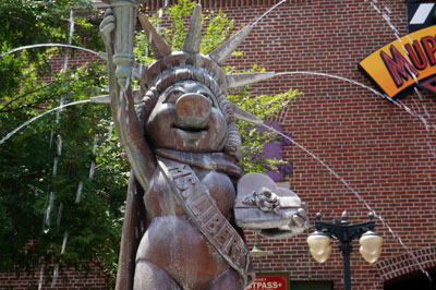 Miss Piggy stands tall as Lady Liberty.